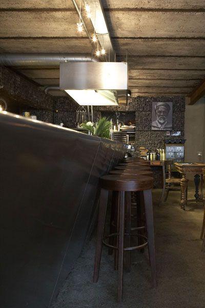 Bar En Alu Tabouret En Bois Plafond B Ton Et Mur En Galets Gris Sol B Ton Maisons