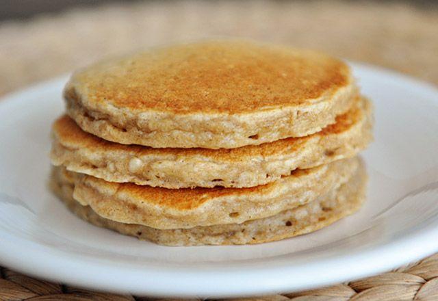 Yulaflı pancake   Malzemeler  2 adet muz 1 su bardağı yulaf 2 tatlı kaşığı bal 1 adet yumurta 1/2 su bardağı süt 2 tatlı kaşığı kabartma tozu Sızma zeytinyağı veya tereyağı  Hazırlanışı  Olgun haldeki muzlar ezilir. İçerisine yulaf, bal, süt, yumurta ve kabartma tozu eklenip karıştırılır. Bir kaşık veya küçük bir kepçe yardımıyla alınan karışım, hafif yağlanmış tavada ters yüz ederek orta ateşte pişirilir. Arzuya göre içerisine tarçın ilave edilebilir. Üzerine bal dökülerek servis…