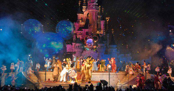 DisneyLand Paris vous propose de venir fêter ses 25 ans en grande pompe. La soirée ElectroLand risque de vous faire danser toute la soirée au son de célèbres DJs entre les attractions les plus célèbres du parc. On adore le concept!