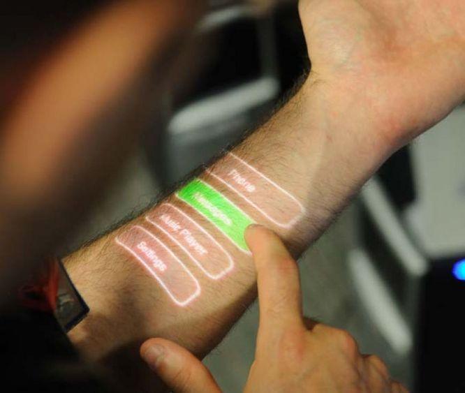 L'application ARmKeypad a été conçue pour projeter sur votre bras un clavier virtuel. Vous devez tout de même être équipé d'une smartwatch et de smartglasses, qui dessineront l'écran sur votre bras dès que vous le regarderez. Les lunettes calculeront l'endroit exact où les touches doivent apparaître en fonction de la position de la montre.
