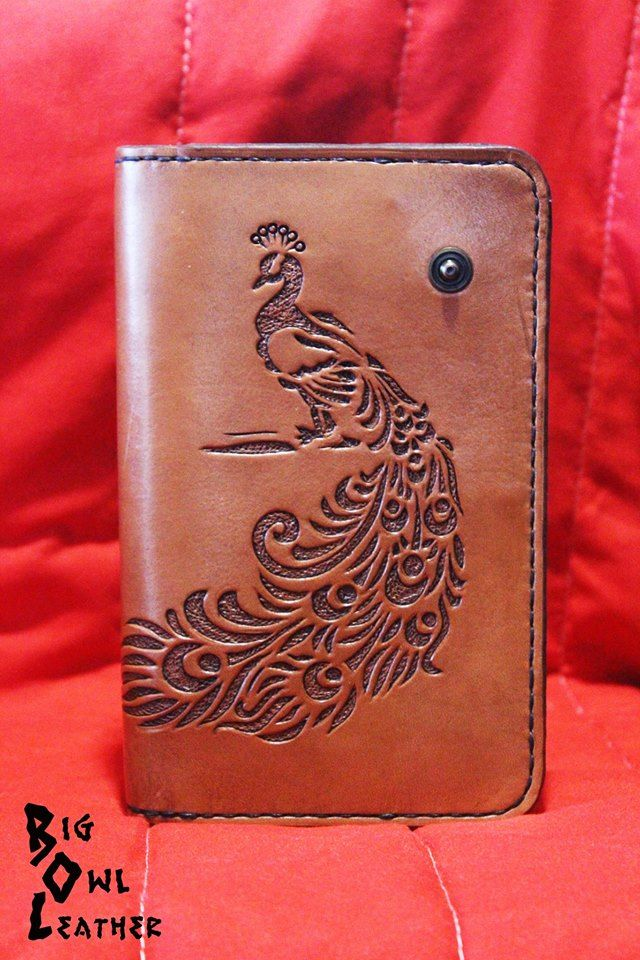 Portafoglio lungo in cuoio a concia vegetale da 2 mm, con Pavone cesellato con tecnica Inverted Carving / Long wallet in vegetable tanned leather 2mm with Pavone engraved with technical Inverted Carving