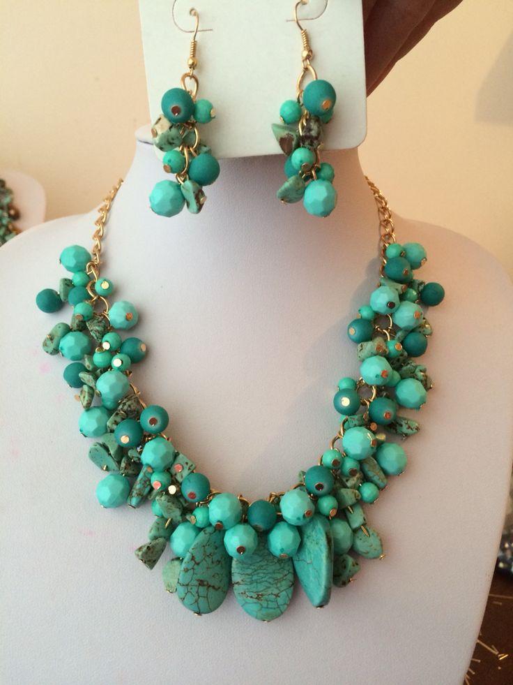 Conjunto de collar y aretes con piedras celestes y turquesa
