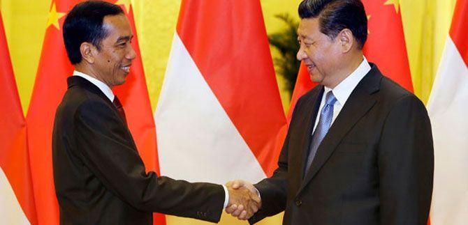 Presiden RI Joko Widodo bersalaman dengan Presiden Cina Xi Jinping di acara APEC, Beijing.