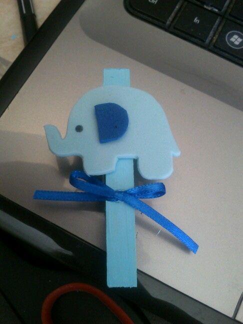 Con fomi y un broche de ropa pintado de azul para distintivos de baby shower :) me encantaron como me quedaron! Tan cute!