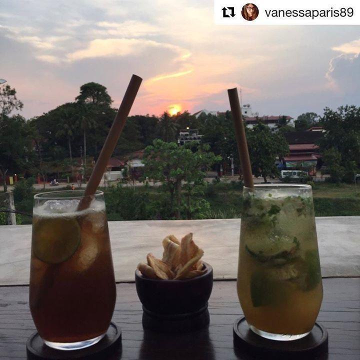"""Emozioni in diretta dalla Cambogia  Grazie a voi per averci scelto  #Repost @vanessaparis89 with @repostapp  """"Quando guardo un tramonto e mi emoziono non mi domando a che velocità gira la terra o a che distanza è il sole o quanto sono grandi... Amo quel momento. Punto. Non c'è da capire c'è da amare. #sunset #cambodia #siemreap - grazie Greta! @cambogiaviaggi http://ift.tt/2oMtZM6"""