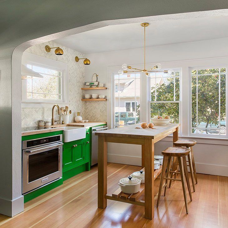 "6,381 gilla-markeringar, 70 kommentarer - domino (@dominomag) på Instagram: ""Tag a friend who NEEDS bright kitchen cabinets. (We're partial to this kelly-green hue.) See more…"""