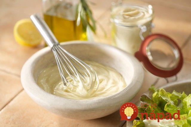 Vynikajúca domáca majonéza, ktorá sa vám pri príprave vianočného šalátu určite bude hodiť. Okrem skvelej chuti má však jednu ďalšiu výhodu, vporovnaní skupovanou majonézou je omnoho dietnejšia apreto si ju môžete dopriať bez obáv z