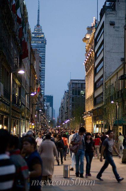 La hermosa calle de Madero, en el Centro Historico de la Ciudad de México. Gante está ahí, a la izquierda ;-)