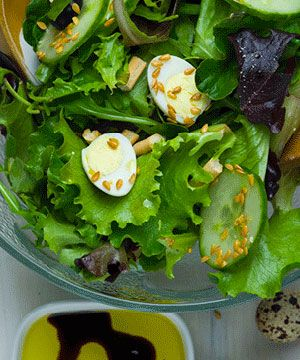Salada Ibérica - uma mistura de alfaces pré-preparadas com ovos de codorniz e gressinos mais um simples tempero de azeite e vinagre balsâmico.