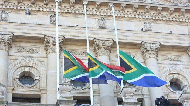 Só onthou ek Suid-Afrika: Vlae halfmas ter nagedagtenis vir Mnr. Mandela se afsterwe. Rus in vrede Madiba.