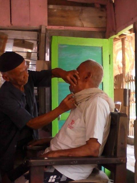 Old generation. Potong rambut madura