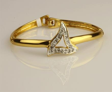 ► Add a glamour to your fashion accessories wardrobe by adding this bracelet.