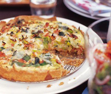 En god paj passar ypperligt att servera till både lunch och middag och är dessutom riktigt mättande. Den här pajen med smak av örter, vitlök och skinka är kalasgod och kan serveras både till vardags och fest!
