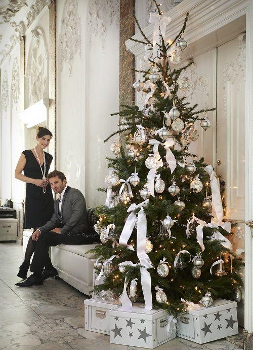 Kersttrends in 3 Kerst Stijlen - IJspaleis! - Modern Klassieke Kerstdecoratie in Wit, Zilver & Champagne Kleuren & Satijnen Linten in de Kerstboom - Meer Kerstdecoratie... (Foto Perscentrum Wonen op DroomHome.nl)