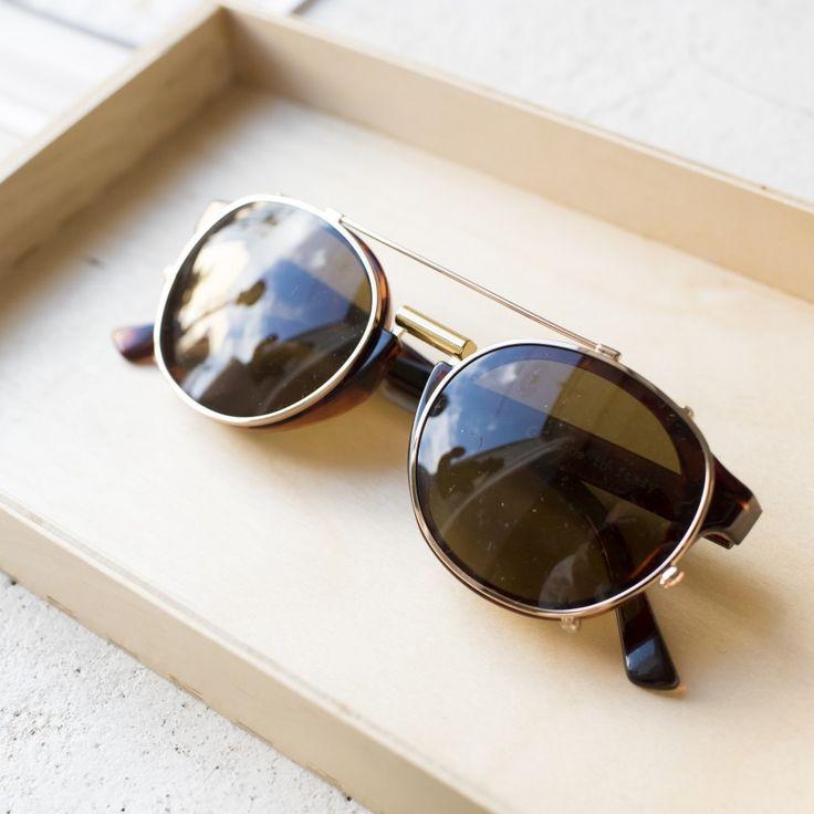 NEWTOWN GAFAS VINTAGE. El resultado de combinar las gafas de sol Fitzroy de lentes transparentes color amarillo con clips removibles de acero. Montura vintage tortoise y lentes clásicas. ¡Dos gafas en una! #sunglasses #summer #summertrends #vintage #boho #bohohic