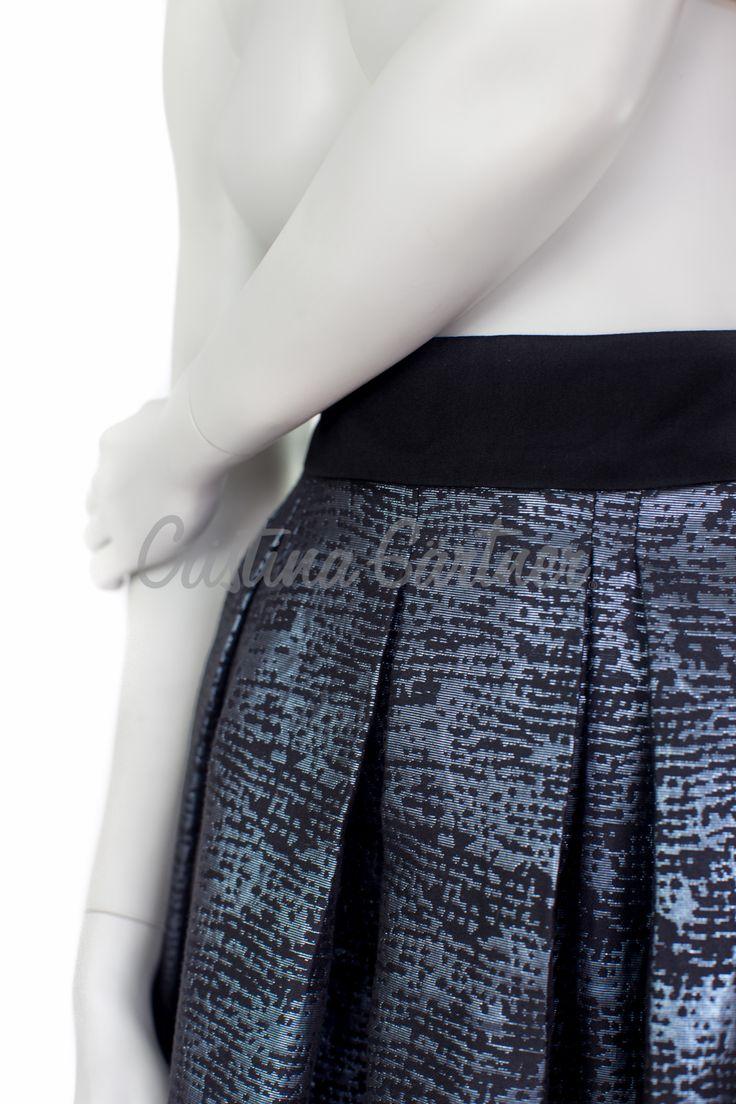 Falda de cintura alta con pliegues, en brocado azul y pretina en gabardina negra.  #EstiloGartner #CristinaGartner #Chic #Fashion #Outfit #DiseñoColombiano #Classic #Skirt #Black #Colombia