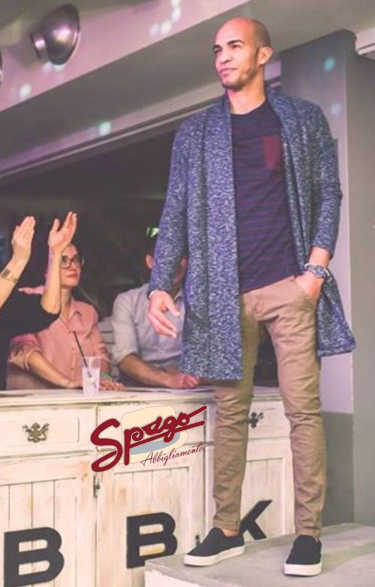 Marcos veste pantaloni skinny fit in tela jeans. Una t-shirt JACK & JONES a righe con taschino a contrasto e uno spolverino made in Italy in cotone lavorato. Al polso un orologio della collezione Barbosa #besailor, azienda italiana specializzata in gioielli da uomo e orologi.  #SpagoAbbigliamento #AbbigliamentoUomo #SpagoUomo #AccessoriUomo #Accessori #Sfilata #SfilataUomo #Runway #Bbk Ravenna24Ore Abbigliamento Uomo Ravenna RavennaToday