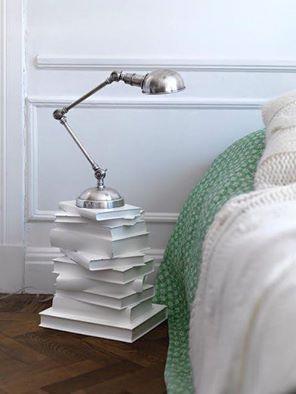 Det här skitfräcka sängbordet av böcker går ju bara inte att motstå! Blir en högre variant i gäststugan for sure :D Böcker, lim och vit färg fixar biffen. Inspirationskälla: Facebookgruppen Återbruka mera!