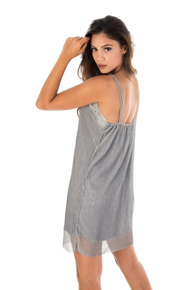 Mini dress with thin straps and V neck with lace. Pleated shiny fabric. With inner lining. 100% Polyester. https://www.modaboom.com/asimi-metallize-forema.html