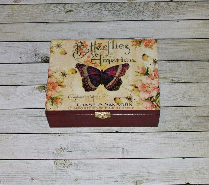 Čajová+krabička+s+motýlem+Dřevěná+krabička+na+čaj+(či+cokoliv+jiného+-6+vyndávacích+přihrádek)+o+rozměrech+cca+21,3x16,3+cm+a+výšce7,6+cm.+Krabička+je+natřena+akrylovými+barvami,+ozdobená+technikou+decoupage+(rýžovým+papírem),+lehce+patinovanáadoplněná+ozdobným+kováním.+Následně+přetřena+lakem+s+atestem+na+hračky.+Uvnitř+nechána+přírodní.