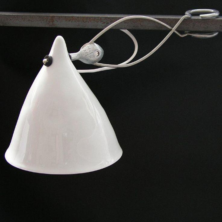 Lampe à pinceren porcelaine blanche émaillée avec unsystème de pince en métal et uncâble électrique transparent (1,80m).Porcelaine coulée à la main et présentant de petites irrégulari...