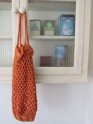 Je ziet ze weer overal, de gehaakte boodschappentas. Ik maakte er ook 1 en dit is mijn versie:       Gehaakt met DMC Natura Medium.Haaknaald 4,5 mm3 bollen.Je kunt ze kopen in verschillende mooie war