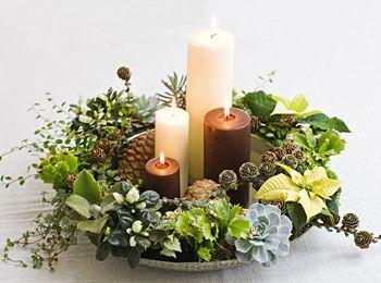 Adventskrans med mini-planter i fad.
