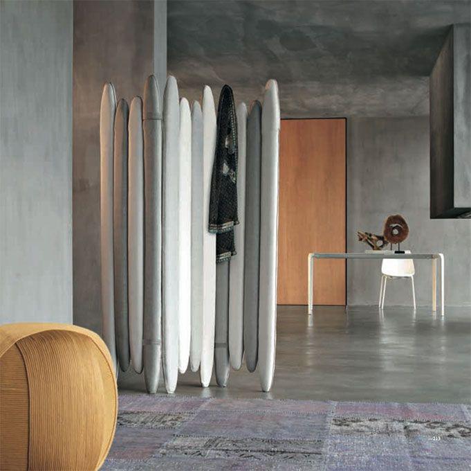 Accessori e complementi TONIN CASA modello Vanilla. Un separè autoportante, imbottito e rivestito in tessuto. È perfetto per chi vuole avere in casa degli spazi temporaneamente appartati, senza rinunciare al design.