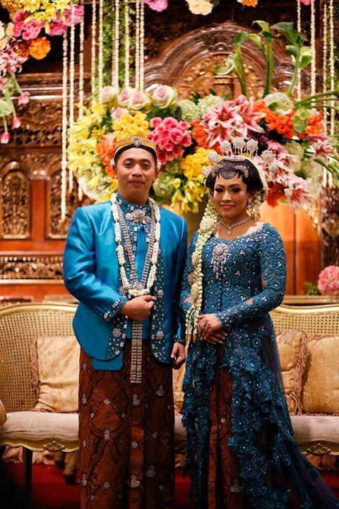 Pasangan pengantin dalam pernikahan adat Jawa. Ciri khas pada riasan paes di dahi pengantin perempuan yang tidak ada pada pengantin perempuan dalam pernikahan adat Sunda.