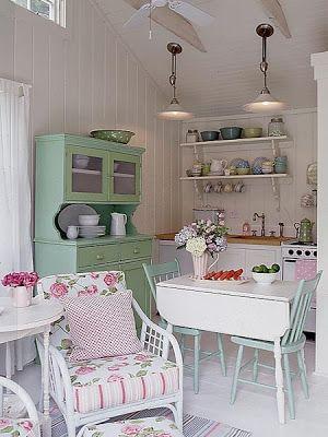 Uma pequena cozinha em rosa e verde