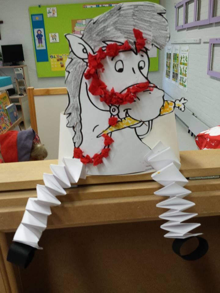 * Leuke muts voor als Sint op school komt! Aan de achterkant niet vergeten zijn staart te maken met eventueel zwarte vlechtdraden of een strookje zwart papier in sliertjes knippen.