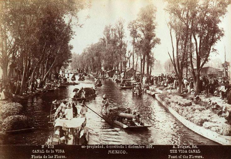 Canal de la Viga. Fiesta de las flores, 1 de diciembre de 1897 - Alfred Saint-Ange Briquet  El embarcadero del canal de la Viga -zona de carga y descarga, así como espacio festivo de la capital- fue una larga vía acuática que, desde tiempos prehispánicos, unió los lagos de Chalco y Xochimilco con el centro capitalino. A golpe de remo, el canal fue medio de transporte para numerosas mercancías, entre las que se encontraban hortalizas y flores, cultivadas en los pueblos lacustres localizados a…