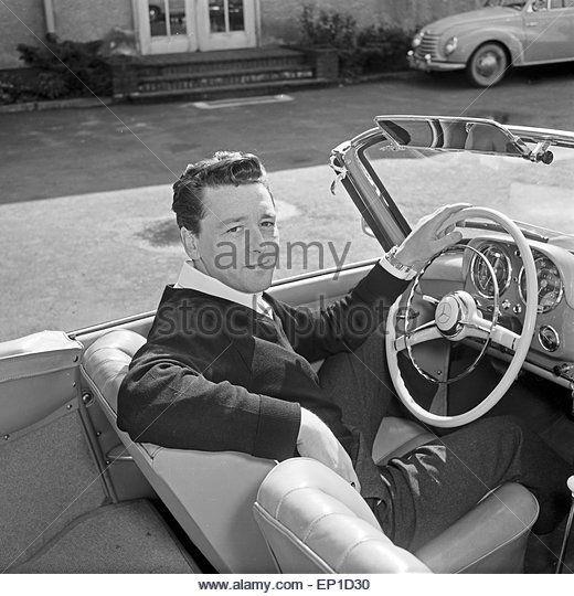 Der irische Sänger Johnny Dane in seinem Mercedes Benz 190 SL Cabrio in Hamburg, Deutschland 1950er Jahre. - Stock Image