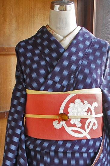 こっくりと深いネイビーと、澄んだ水色が絣模様独特の霞のようなかすれた織りのタッチで自然にとけあう、心に染み入るように清々しい色のコントラストも印象的に、変わり市松のようなスクエアドットデザインが織り出された紬縮緬の袷着物です。