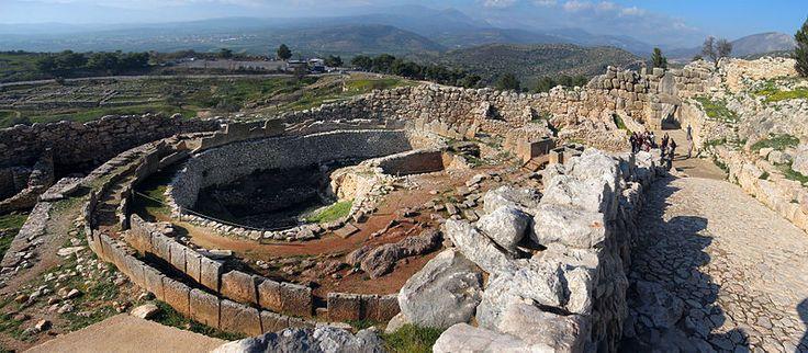 """Cercle A de tombe de Mycènes. Ville fondée par Persée. C'est ici que l'on a retrouvé le """"masque d'Agamemnon"""""""