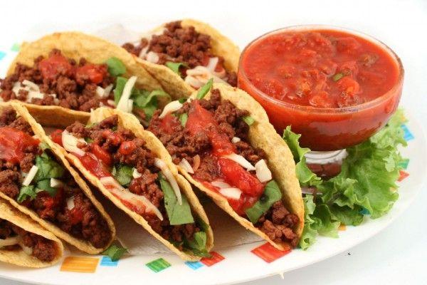 O que o México tem? huuum! O taco é uma tortilha à base de milho com recheio e é muito apimentado. No modo de preparo tradicional, acompanha alface, tomate e queijo.