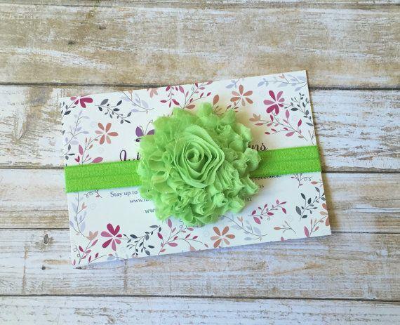 Questa funzionalità di archetto uno calce verdi fiori shabby chic con un tocco di glitter (non versato) corrispondente solido elastico. Il fiore ha un feltro di supporto per un maggiore comfort.  DIMENSIONAMENTO  Premie - 12 Neonato - 13 0-3 mesi - 14 3-6 mesi - 15 6-12 mesi - 16 Bimbo - 17 Bambino - 18 Adulto - 19  Desideri più colori? Controlla questo elenco! www.Etsy.com/listing/450776530/pick-3-baby-headbandsbaby-Headband  Tutte le dimensioni non sono misure esatte per età ...