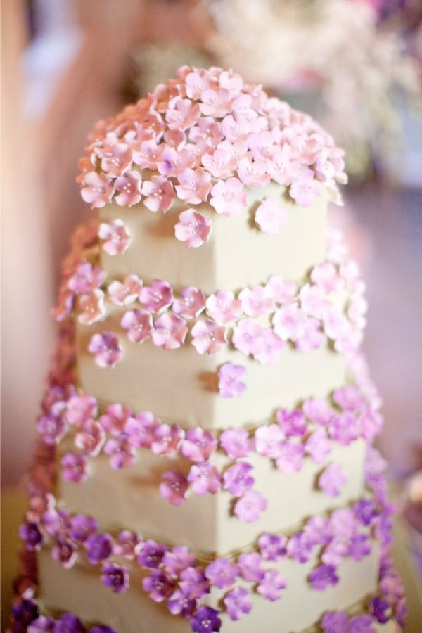 How gorgeous is this purple floral #weddingcake?