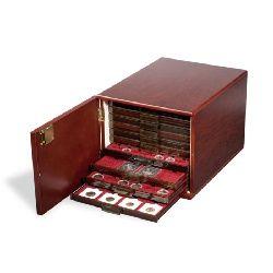 Münzbox-Kabinett für 10 Standard-Münzboxen, Mahagoni-farben (seidenmatt) mit Holzmaserung. Außenformat: 230 x 260 x 343 mm.