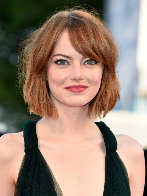 Mittellanges Haar macht sich bei runden Gesichtern besonders gut, da sie das Gesicht optisch strecken. Durch den schrägen Pony wird der Haarschnitt von Emma Stone aufgelockert und es lenkt von der runden Gesichtsform ab.Hier zeigen wir euch noch mehr Frisuren Mittellang