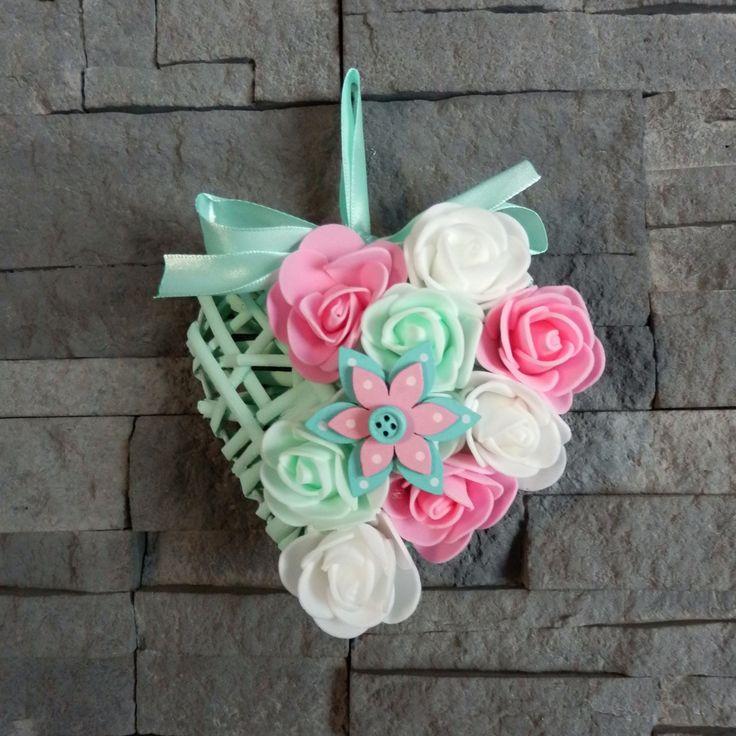 Proutěné srdce s květy růží a dřevěným květem | Zobrazit plnou velikost fotografie
