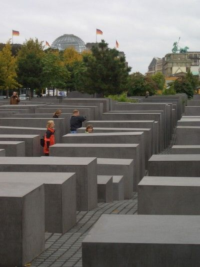 ドイツ、ベルリンの中心、ブランデンブルク門から南へポツダム広場のほうに向かう途中にあるホロコーストの記念碑。