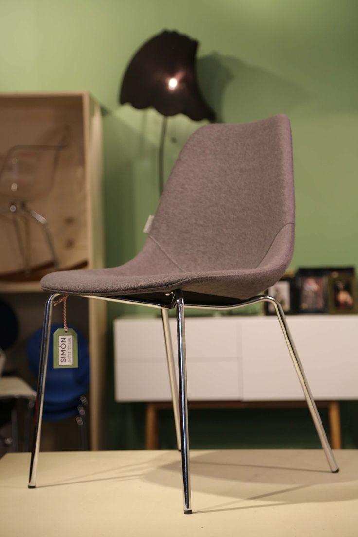 Wat de stoel fifteen zo leuk maakt is de warme uitstraling van het kuipje en de strakke chrome pootjes.Het kuipje is bekleed met een mix van wolvilt en polyester. Door deze producten te mixen wordt de stof extra sterk.  Tip: Combineer eens verschillende kleuren stoelen aan tafel, zo creëer je een speels en warm geheel.