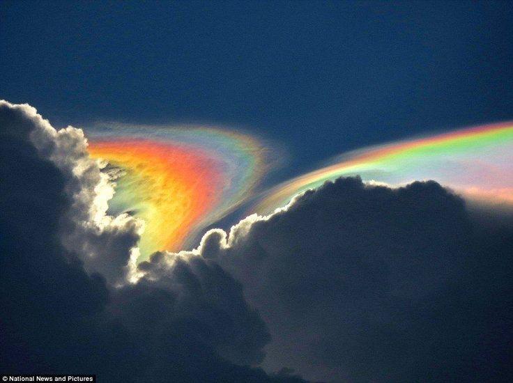 """Das Phänomen, genannt """"Sun Dog ein"""""""","""" geschieht, wenn die Eiskristalle in den Wolken erscheinen und die Sonnenstrahlen brechen. ,"""