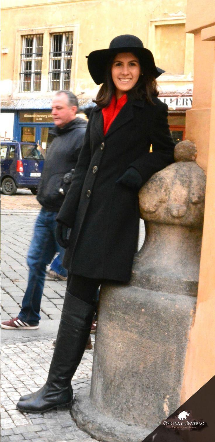 Sofisticada com casaco de lã italiana preto + chapéu aba larga - Oficina de Inverno