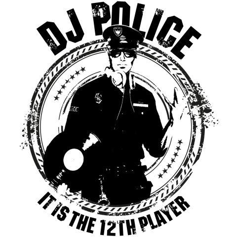 【話題の警察機動隊員】DJポリス DJ Police ヴィンテージstyle    サッカー日本代表W杯出場を決めた夜、  東京渋谷のスクランブル交差点で、お祭り騒ぎのサポーターたちを  ユーモアのある個性的な話術で誘導した20代の機動隊員が話題になった。  その話術のおかげで負傷者、逮捕者ゼロを実現。  まさに  ネット上では「DJポリス」の愛称で賛辞を贈られ、若者の心をわしづかみ。  警視庁が警視総監賞を授与する方向で検討しているとの話題もあり、  「DJポリス」はますます脚光をあびそうである。  そんなDJポリスをヴィンテージ風スタイリッシュにDESIGN。    ◆デザイン中の英文字内容  DJポリス  12番目の選手です