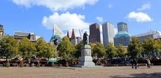Veel pleinen hebben iets van kunst staan. Dit geeft het plein een meerwaarde. Zoiets zouden we dus ook op Jaarbeursplein kunnen doen.