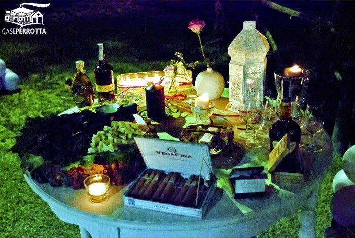 Tavolo dei sigari per matrimonio serale sul prato