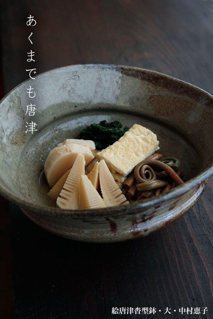 中村恵子さんの人気定番の沓型大鉢に、筍とゼンマイ、そして、京揚げと菜っ葉の炊き合わせです。
