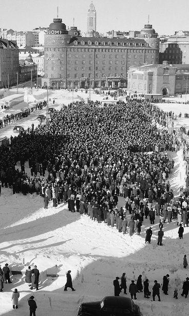 Lakkokokous Hakaniemen torilla Helsingissä maaliskuussa 1956. Copyright: Lehtikuva.
